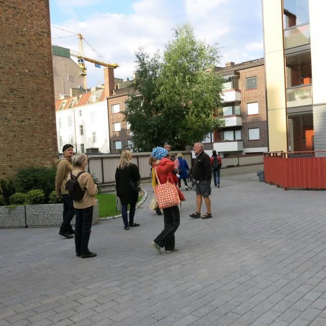 Asunto Oy Frans Emilin sisäpiha kiehtoi ihmisiä. Kuva: Henrik Mattjus, Pirkanmaan maakuntamuseo.