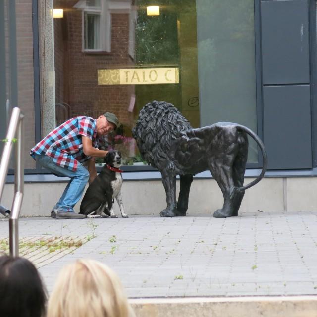 Taloraadin ensimmäinen koirajäsen tutustuu paikallisiin. Kuva: Henrik Mattjus, Pirkanmaan maakuntamuseo.