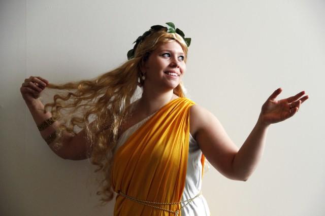 Vapriikin museolehtori Sallamari Kuusela poseeraa Afroditena. Millainen on sinun jumalattaresi?! Kuva: Marika Tamminen/Vapriikin kuva-arkisto