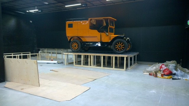 Ensimmäinen ja samalla näyttelyn suurin esine, Adler vm. 1911, tuotiin sisään Mobilian varastosta kesäkuussa.