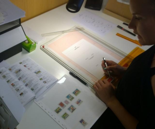 Museologian harjoittelija Tanja Pekkarinen montteeraa suomalaisia postimerkkejä esittelevää kokonaisuutta.