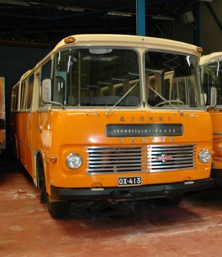 Postin linja-auto Vanaja vm. 1968 kyyditsee museovieraita avajaispäivänä 6.9. Bussin kunnostus on Mobiliassa aivan loppusuoralla. Kuva: Mobilia.