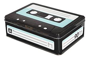 C-kasettirasiassa sopii hyvin niin keksien säilytykseen kuin sisustukseenkin.
