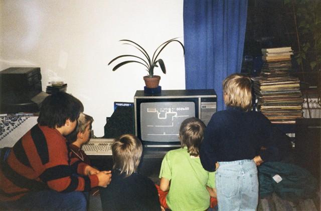 lapset_pelaavat_tietokonepelia